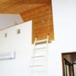 パインの勾配天井の子供部屋